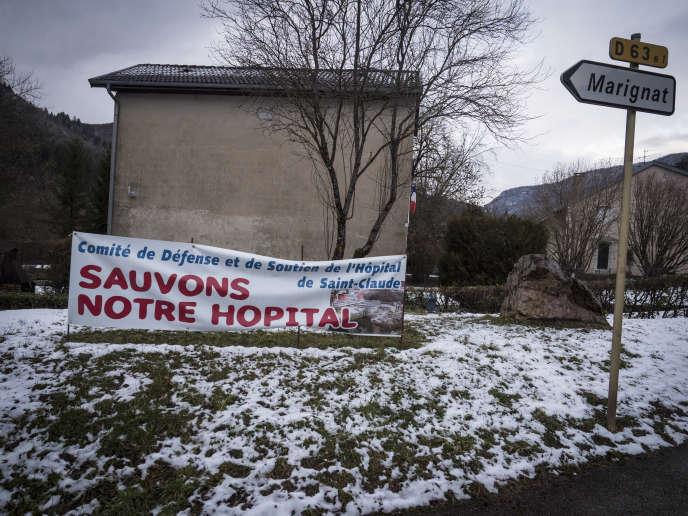 Banderole protestant contre la fermeture du centre hospitalier Louis-Jaillon de Saint-Claude (Jura), à Chassal, le 30 janvier.