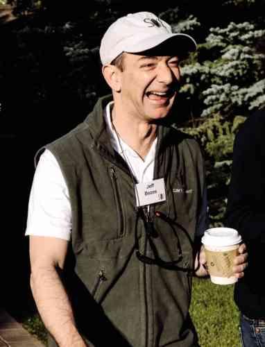 Neuf ans plus tard, après avoir frôlé la faillite, Amazon se porte de mieux en mieux et engrange ses premiers bénéfices. Jeff Bezos lui-même est sorti de son garage pour profiter des grands espaces dans cette superbe tenue de randonnée dont, malgré le cadrage de l'image, on devine sans mal le bas : un pantacourt en matière synthétique gris taupe. Ou beige. Ah non, gris taupe, c'est bien.