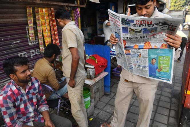 Dans les rues de Bombay, un passant lit un journal qui revient en « une» sur les frappes aériennes indiennes, le 27 février.