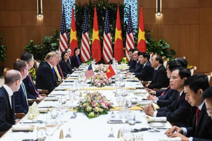 Le président américain Donald Trump (à gauche) lors d'une réunion avec le premier ministre du Vietnam,Nguyen Xuan Phuc (à droite ), avant le sommet entre la Corée du Nord et les Etats-Unis, à Hanoï (Vietnam), le 27 février 2019.