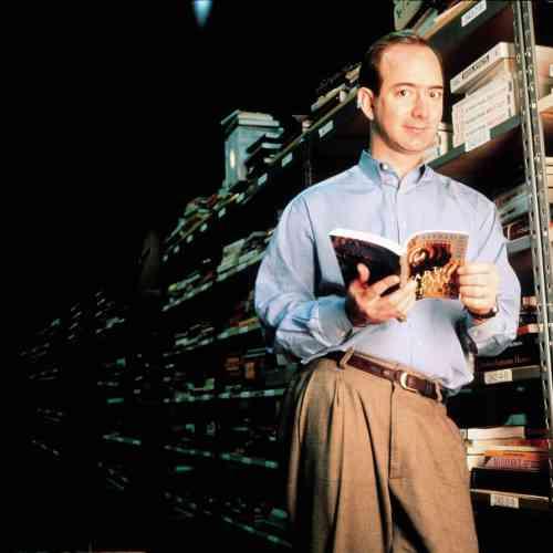 Ancien étudiant de Princeton, passé par Wall Street, Jeff Bezos a monté Amazon dans son garage il y a trois ans et il consacre depuis toute son énergie à développer une librairie révolutionnaire, totalement virtuelle. Mais alors pourquoi porte-t-il cette chemise Oxford infroissable ? Et ce pantalon à doubles pinces dont même le plus ringard des libraires traditionnels ne voudrait ? On ne voit aucune explication.