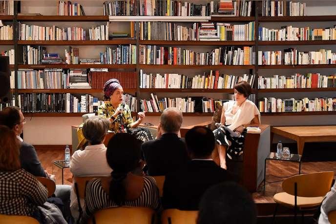 Françoise Vergès (à gauche) et Séverine Kodjo-Grandvaux à la Galerie MAM, à Douala, le 21novembre 2018.