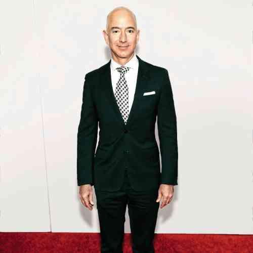 Grosse année pour Jeff Bezos, qui a acheté la chaîne de supermarchés Whole Foods Market, testé avec succès la nouvelle fusée de Blue Origin et, surtout, profité de la croissance de l'action Amazon pour amasser 34,2 milliards de dollars. Concrètement, Jeff Bezos pèse si lourd que son costume apparaît désormais trop petit d'une taille, voire deux. C'est la tendance, objecteront certains. Cela n'en est pas moins grotesque, leur répondrons-nous.