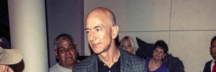 En mars, Jeff Bezos est devenu l'homme le plus riche de la planète. Dans la foulée, il est aussi devenu l'ennemi personnel de Donald Trump, qui lui fait la guerre par médias interposés, et tente par tous les moyens de nuire à son image. Cela ne sera pas chose aisée : vêtu de ce blazer déstructuré, de ce pantalon cinq poches surteint et de cette paire de derbies grises, Jeff Bezos n'a jamais été aussi élégant. En même temps, ce n'est pas totalement un exploit.