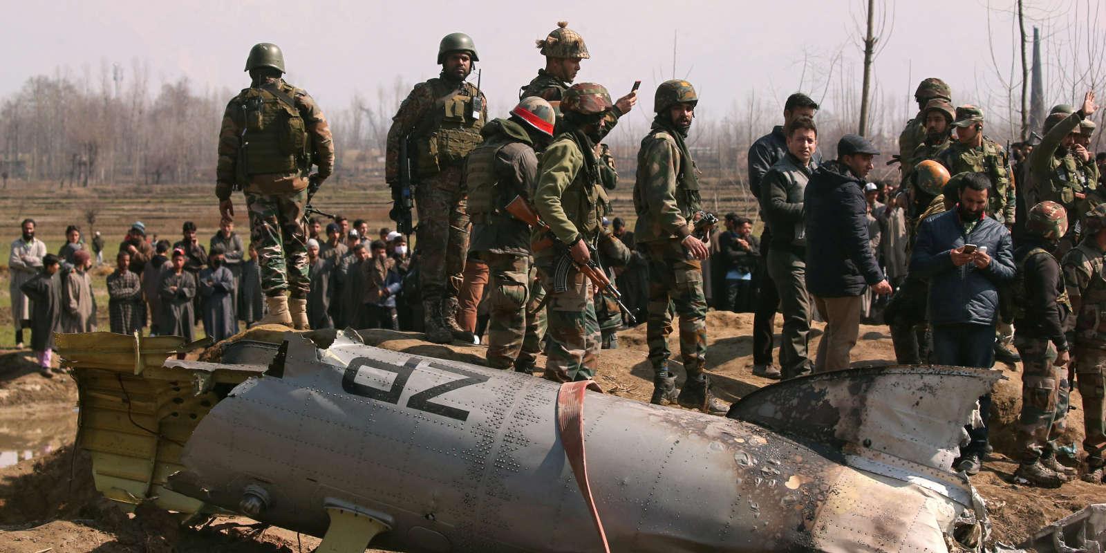 Les restes d'un avion indien, supposément abattu par le Pakistan, entourés par des soldats indiens à Budgam.