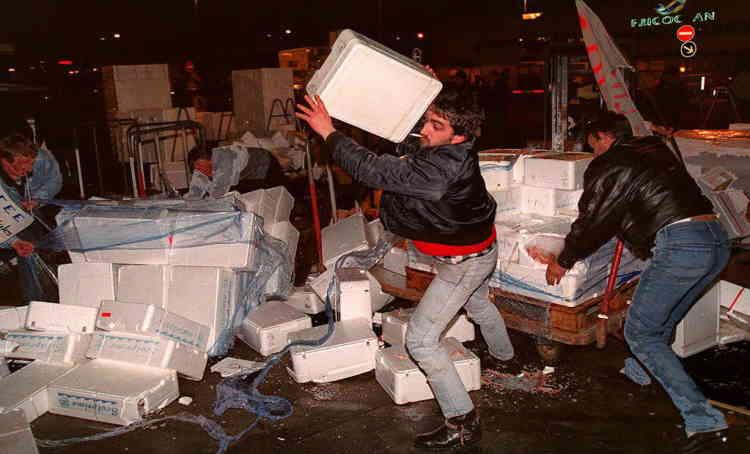 En février 1993, des pêcheurs bretons organisent une montée à Paris et dévastent le marché de Rungis pour protester contre les importations croissantes de poisson étranger.