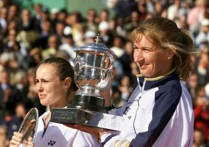 Steffi Graf qui rit et Martina Hingis qui pleure (au second plan), le 5 juin 1999, lors de la cérémonie de remise des trophées sur le Central de Roland-Garros.