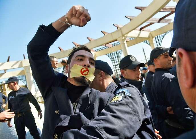 Rassemblement de journalistes contre la censure, à Alger, jeudi 28 février.