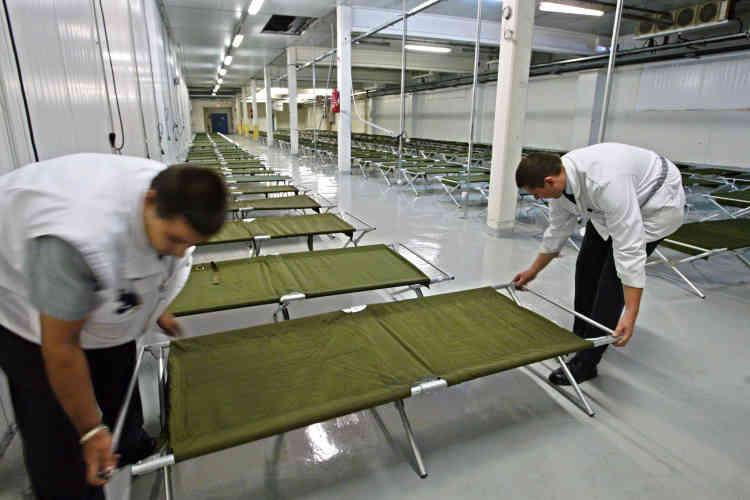 Le 15 août 2003, des lits sont installés dans un hall réfrigéré pour pallier l'engorgement des funérariums d'Ile-de-France dû à une mortalité supérieure à la moyenne après la canicule.