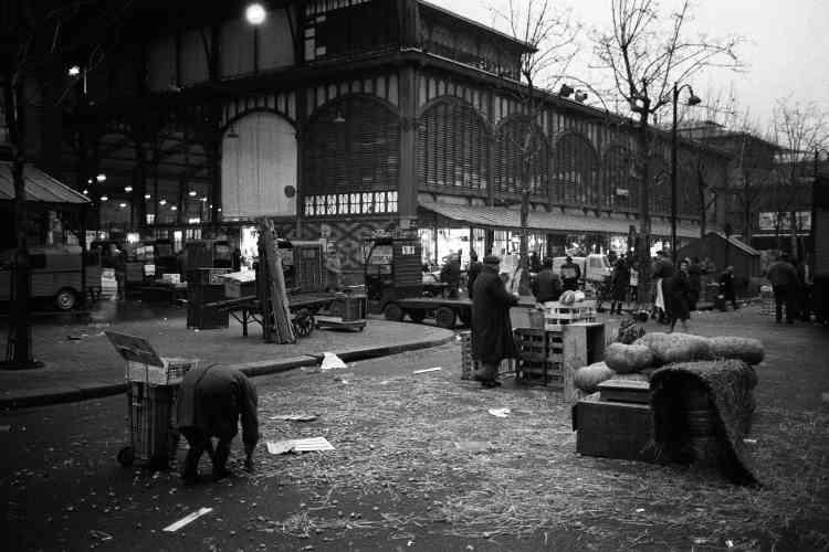 Le marché des Halles à Paris en février 1969.Après plus de 800 ans passés au cœur de la cité, sur le lieu-dit des Champeaux, racheté en 1137 par le roi Louis VI, le « ventre de Paris » sortait de la ville.