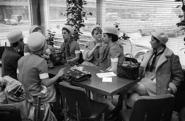 Le 3 mars 1969, le marché ouvrait ses portes aux commerçants. Dans cette photo prise le jour même, des clientes attendent dans un café du marché de Rungis.