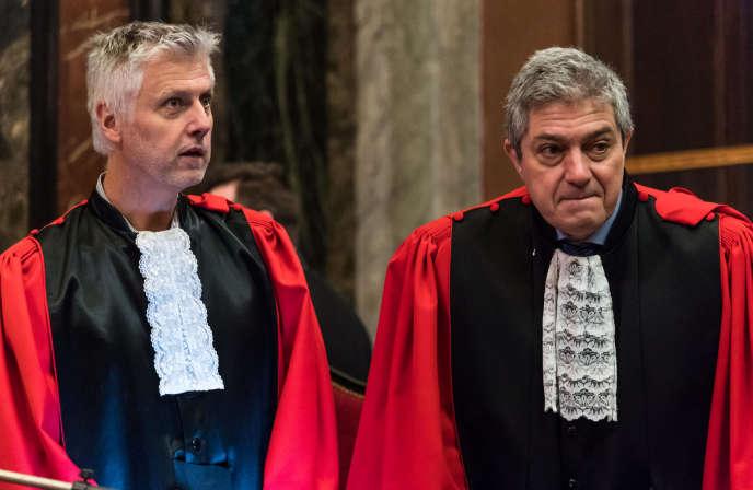 Les procureurs belges Yves Moreau et Bernard Michel lors du procès de Mehdi Nemmouche et Nacer Bendrer, le 28 février à Bruxelles.