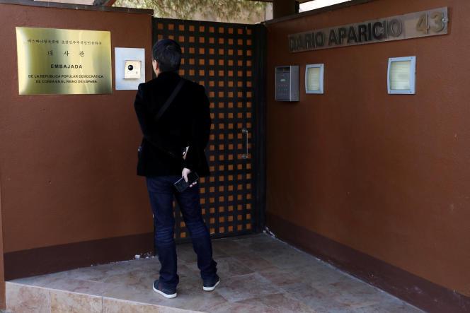Devant la porte de l'ambassade de Corée du Nord à Madrid, le 28 février 2019.
