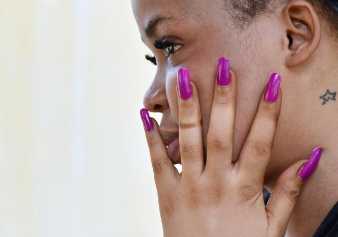 Une femme utilisant des produits de dépigmentation pose à Abidjan, en mai 2015.