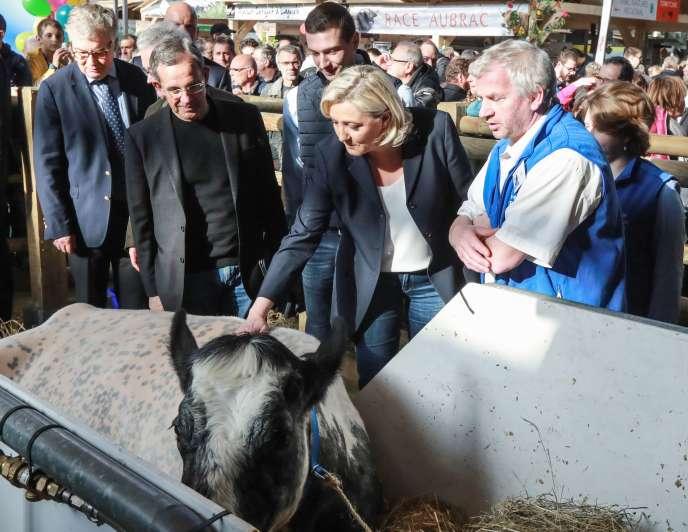Marine Le Pen au Salon de l'agriculture, avec la vache Imminence, égerie de l'édition 2019, jeudi 28 février.