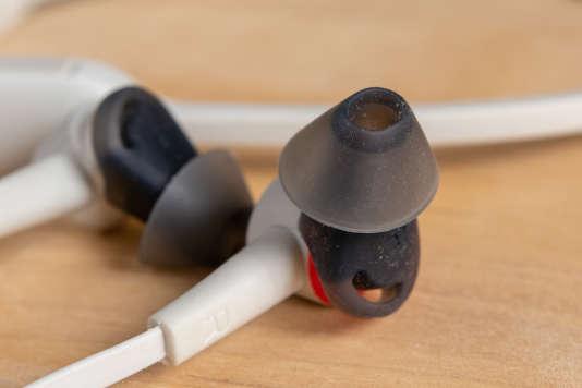 Plantronics fournit trois jeux d'embouts en caoutchouc de tailles différentes pour assurer une isolation correcte sans avoir à enfoncer l'écouteur au fond de l'oreille.