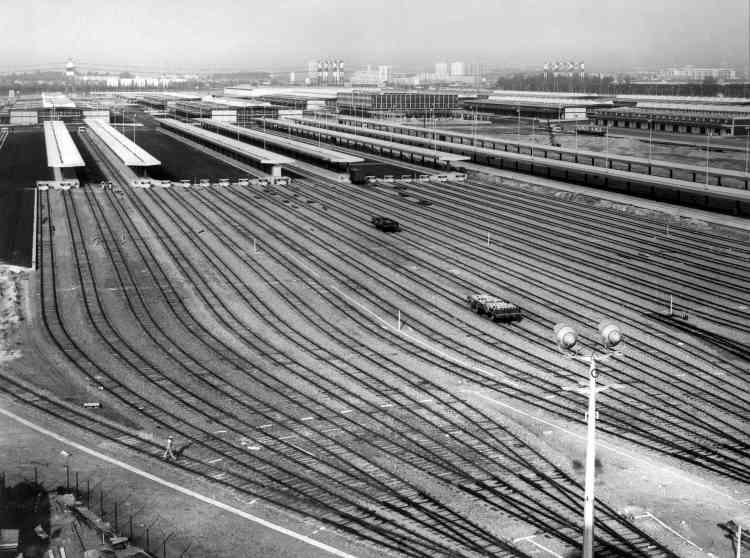 La gare ferroviaire de Rungis en 1969. Entre le 27 février et le 3 mars a eu lieu le légendaire déménagement des halles de Paris à Rungis.