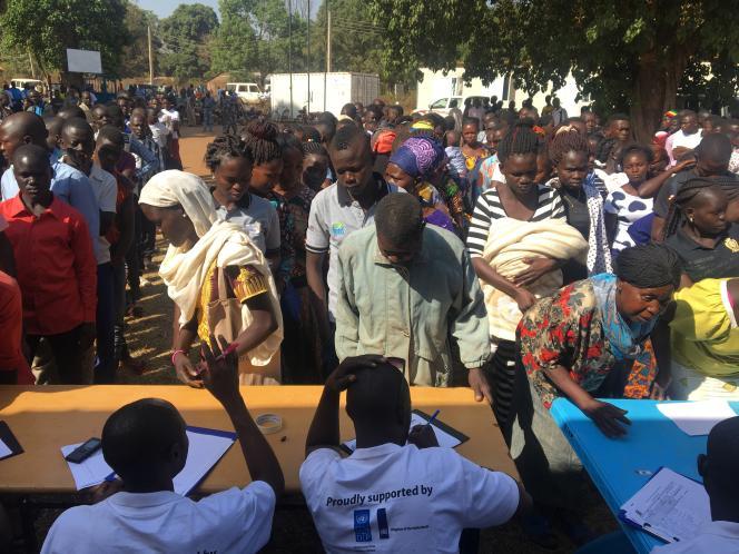 Des jeunes déposent leurs candidatures pour un travail lors de la foire à l'emploi organisée à Yambio, au Soudan du Sud, le 19février 2019.