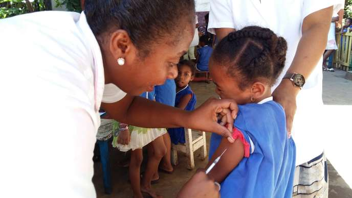 Vaccinations contre la rougeole au collège privé Notre-Dame de Diego-Suarez, dans le nord de Madagascar, le 23 février 2019.