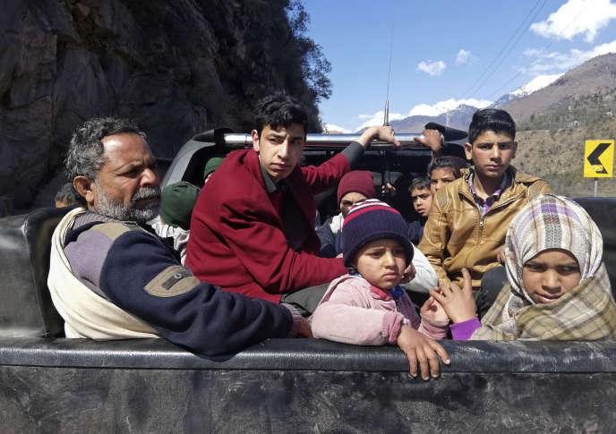 Des habitants du Cachemire pakistanais quittent leur village de Chakoti, situé à 5 kilomètres de la ligne de démarcation avec l'Inde.