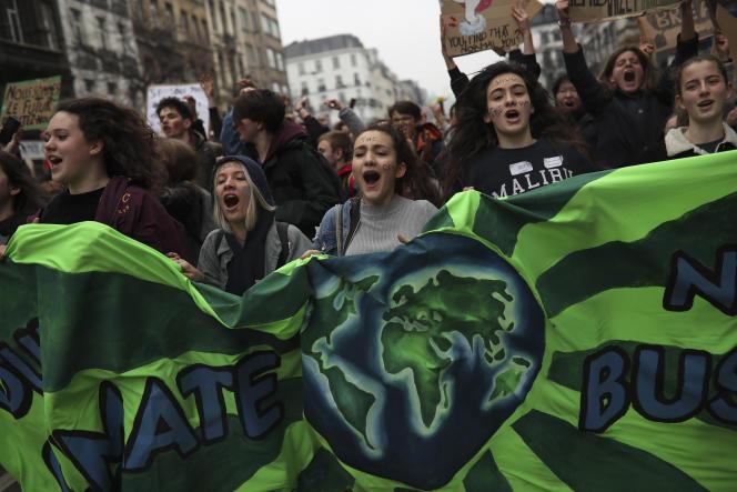 Des adolescents défilent lors d'une marche pour le climat à Bruxelles, le 28 février.