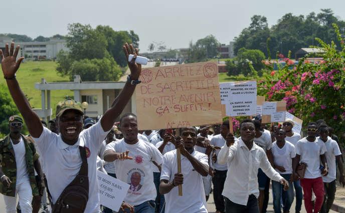 Des élèves de la Fédération estudiantine et scolaire de Côte d'Ivoire (Fesci) manifestent pour la reprise des cours, à Abidjan, le 26 février 2019.