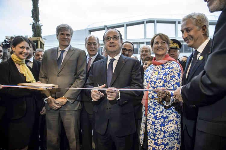 François Hollande, Ségolène Royal et Stéphane Le Foll, à l'inauguration de la halle «bio» du marché, le 9 mai 2016.