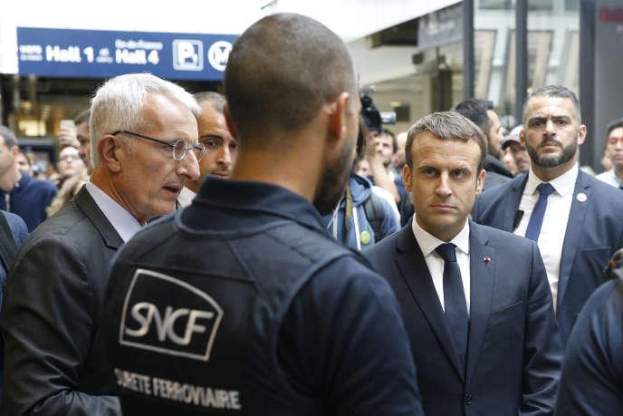 Le président de la République, Emmanuel Macron (à droite), aux côtés du patron de la SNCF, Guillaume Pepy, à la gare Montparnasse, à Paris, le 1er juillet 2017.