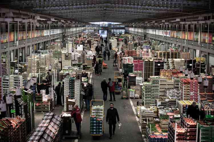Le secteur des fruits et légumes en décembre 2016. Ils représentent 70% des arrivages de produits alimentaires du marché, soit plus d'un million de tonnes par an.