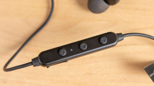 La commande des TT-BH042 intègre un microphone. Elle permet d'avancer ou de revenir en arrière, de le mettre en pause, de reprendre l'écoute, de régler le volume et d'activer ou non la réduction de bruit, ainsi que de lancer l'assistant numérique.