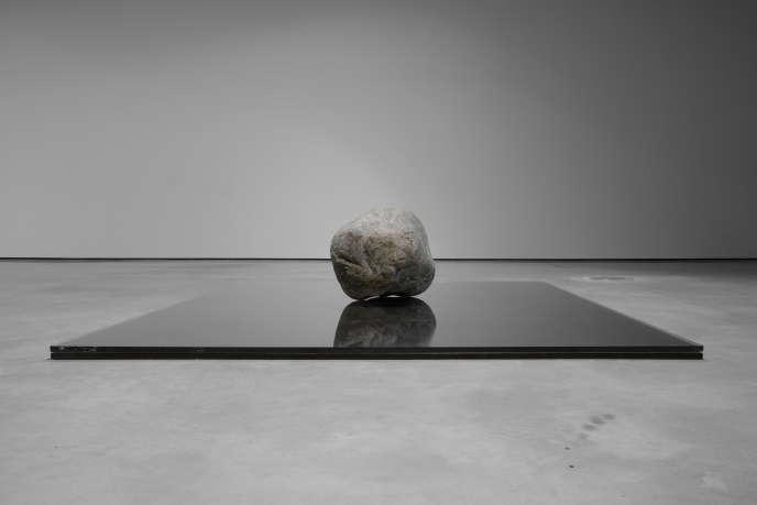«Relatum– Existence (2014), deLee Ufan, acier, pierre et verre.