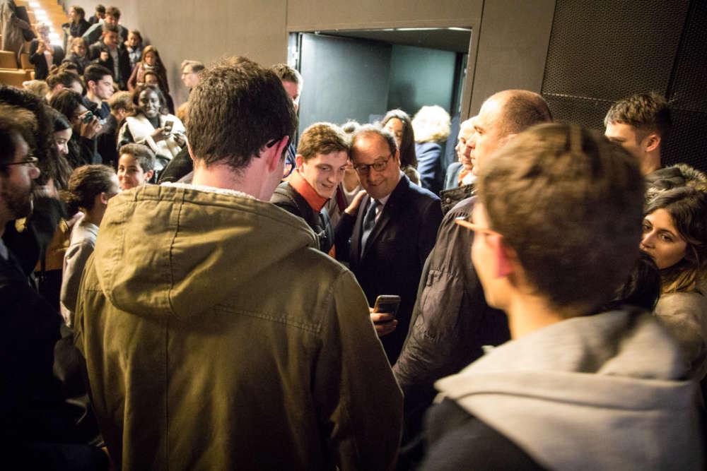 Bain de foule et selfies avec les jeunes présents à la soirée O21 pour l'ancien président de la République François Hollande.