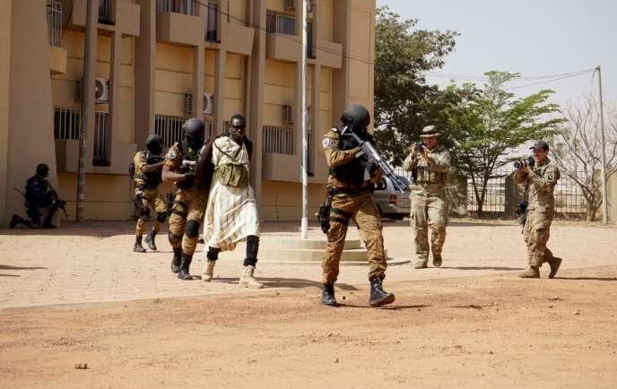 Simulation d'attaque terroriste au Palais des sports de Ouagadougou, au Burkina Faso, le 27février 2019, dans le cadre de l'exercice Flintlock.