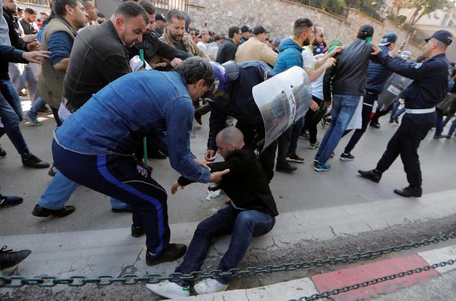 A Alger, la police a dispersé le millier de manifestants regroupés sur un rond-point d'accès en tirant des dizaines de grenades lacrymogènes.