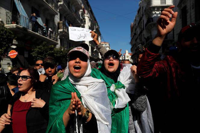 Lors de la manifestation contre la candidature d'Abdelaziz Bouteflika, à Alger, le 1er mars. Sur la pancarte, on peut lire :« Nous aimons ce pays.»