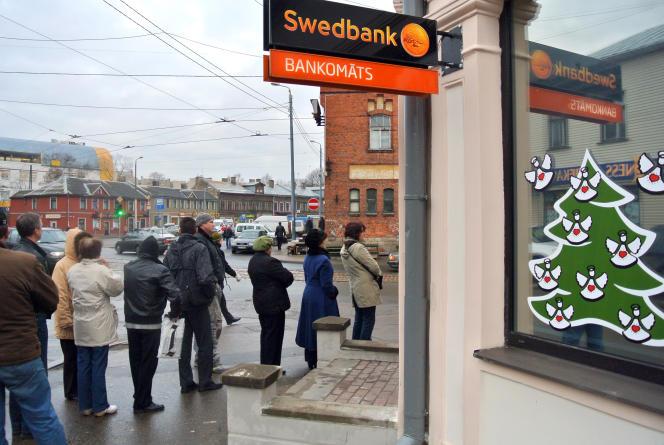 Devant une agence de la Swedbank, en 2011, à Riga.