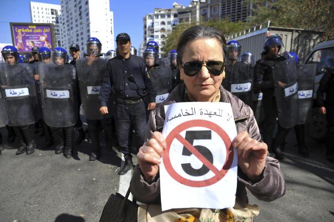 Une femme pose avec une pancarte « Pas un cinquième mandat», le 1er mars à Alger.