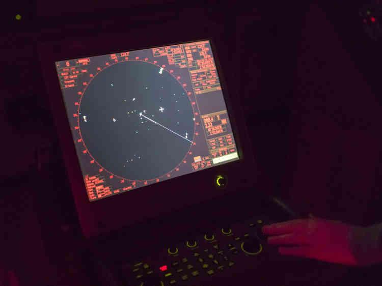 Les deux radars du bateau et son système d'identification automatique (AIS) repèrent l'activité des chalutiers grâce aux données de vitesse et de trajectoire.