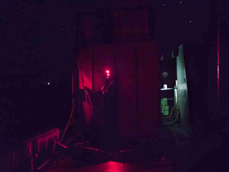 Les matelots utilisent des lampes frontales rouges de faible intensité, afin de ne pas se faire repérer.