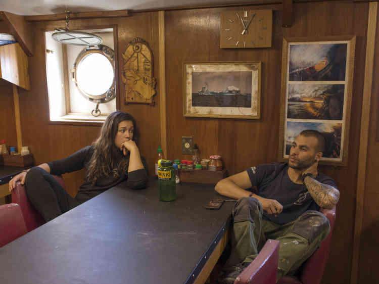 De retour de mission nocturne de surveillance d'un chalutier, Meg, matelot, et Selim le bosco discutent.