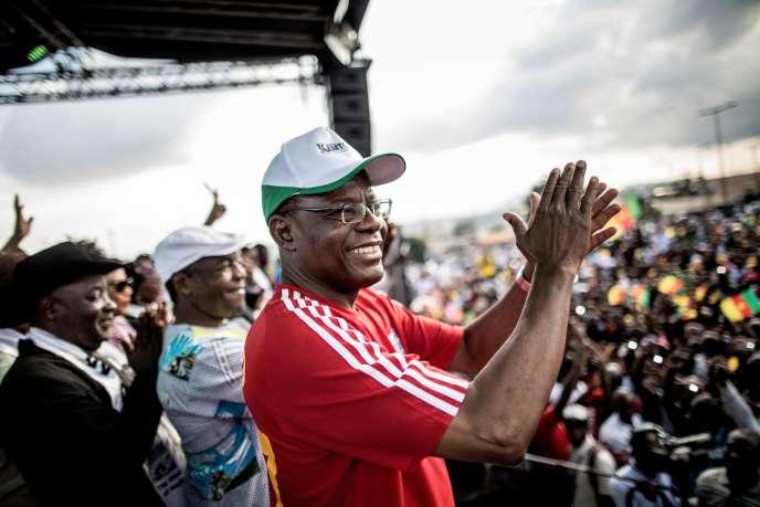 Maurice Kamto, chef du parti d'opposition le Mouvement pour la renaissance du Cameroun (MRC), est accueilli lors de son arrivée sur scène à Yaoundé, le 30 septembre 2018, pour prendre la parole lors d'un rassemblement de campagne pour l'élection présidentielle.