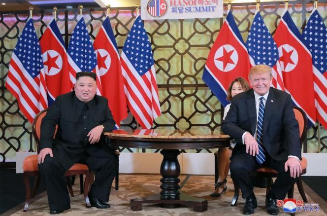 Le président Donald Trump (gauche) et le dirigeant Kim Jong-un (droite), à Hanoï (Vietnam), le 28 février 2019.
