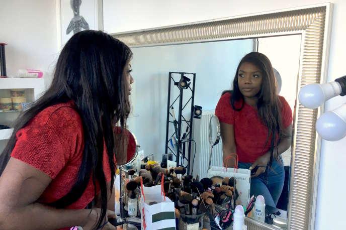 Aissata Ba, maquilleuse et coiffeuse installée à Roubaix (Nord), s'est dépigmentée la peau pendant vingt ans avant d'arrêter, en août 2018.