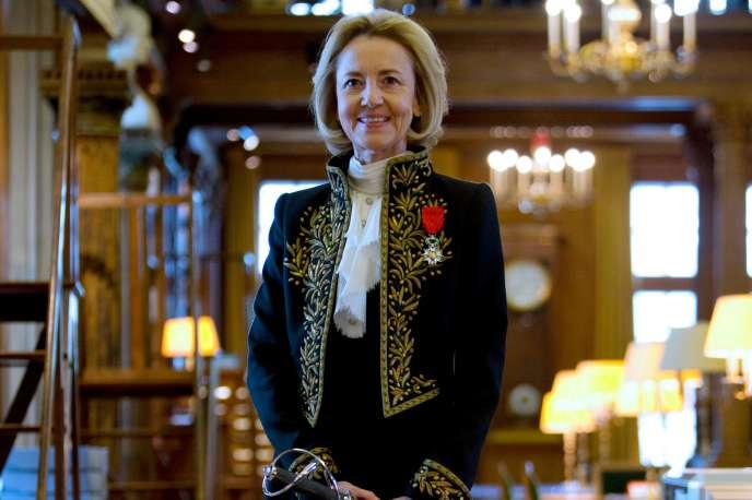 L'auteure Dominique Bona, membre de la commission d'étude sur la féminisationdes noms de métiers dont le rapport a été adopté, dans son habit d'académicienne à Paris, en octobre 2014.
