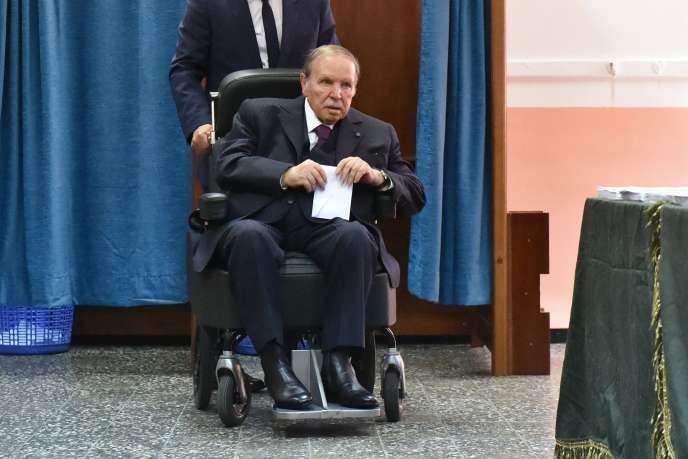 Le président Abdelaziz Bouteflika, dans un bureau de vote d'Alger, le 4 mai 2017.