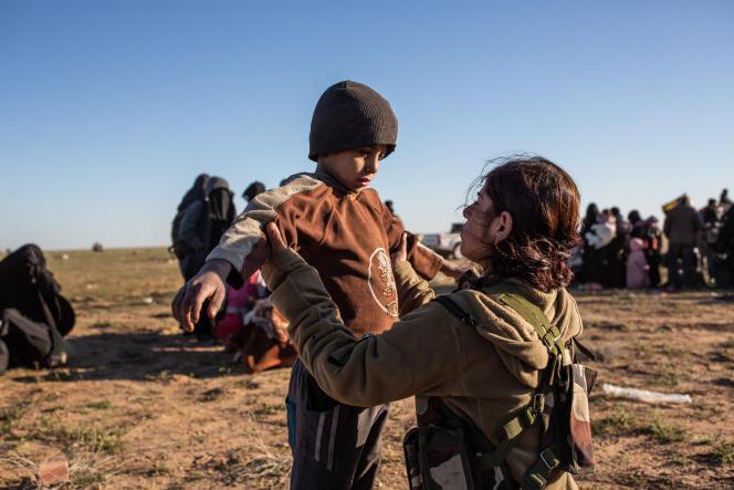 Des civils sortant de Baghouz (Syrie) arrivent dans le campement. Les femmes et les enfants sont fouillés par les Forces démocratiques syriennes, le 1er mars.