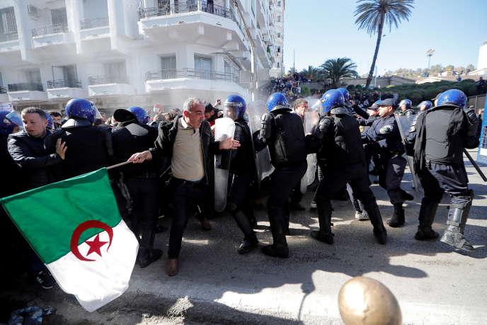 Lors de la manifestation contre la candidature d'Abdelaziz Bouteflika, à Oran (Algérie), le 1er mars.