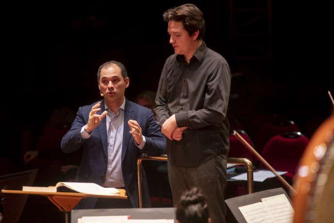Les chefs d'orchestre Tugan Sokhiev (à gauche) et Bastien Penas à la Halle aux grains de Toulouse, le 27 février 2019.