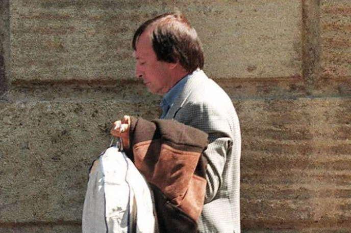 Marc Fratani, ancien attaché parlementaire de Bernard Tapie, lui apporte des vêtements, le 14 avril 1997, à la prison des Baumettes.