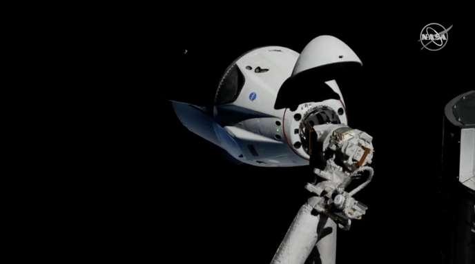 La capsule Crew Dragon de SpaceX sur le point de s'amarrer à la Station spatiale internationale (ISS), dimanche 3 mars.